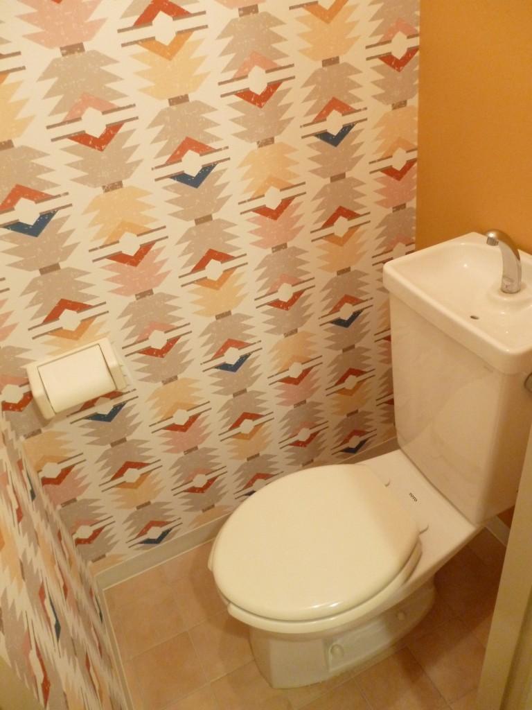 キリム柄の壁紙とテラッコタ調クッションフロアー