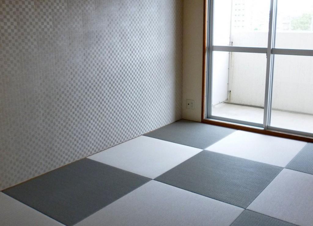 格子の壁紙と縁なし畳