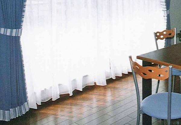 ブルーのストライプ生地でL型のアクセントカーテン