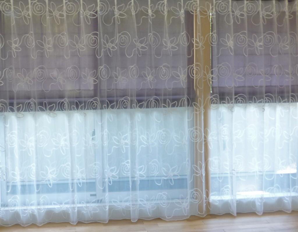 手前ヴァレッタ1のカーテン、後ろはプレーンシェード