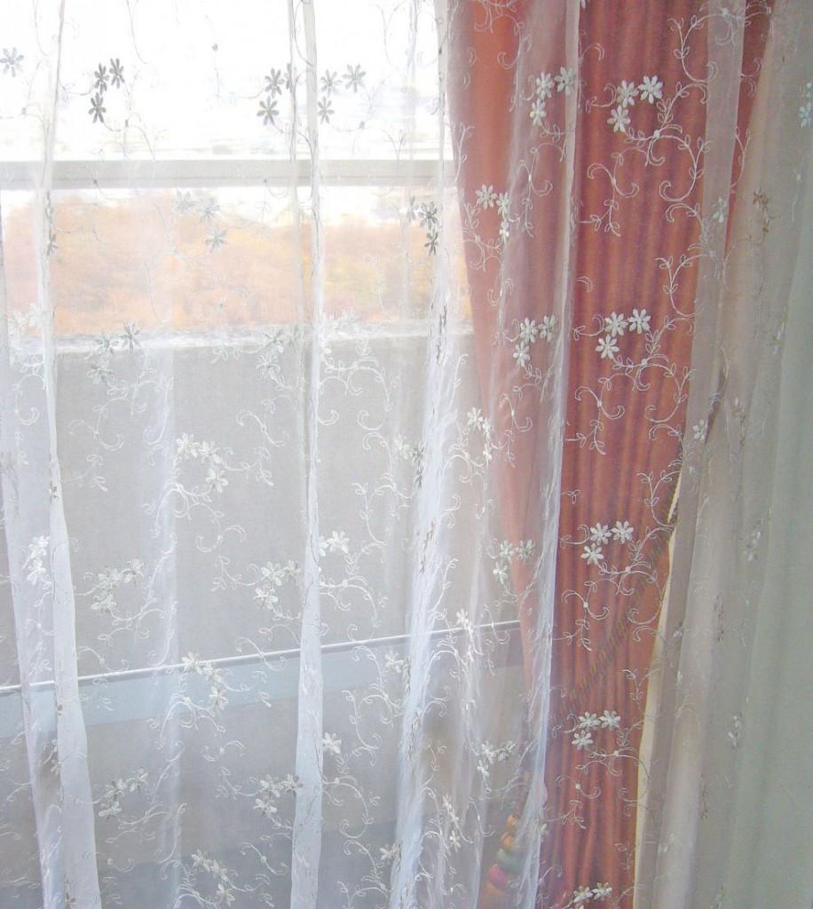 フオーガンジーに花柄を刺繍したシアーカーテン