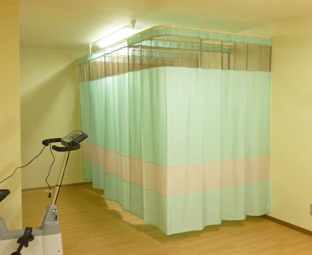 パステルピンクとグリーンで切り替えた間仕切りカーテン