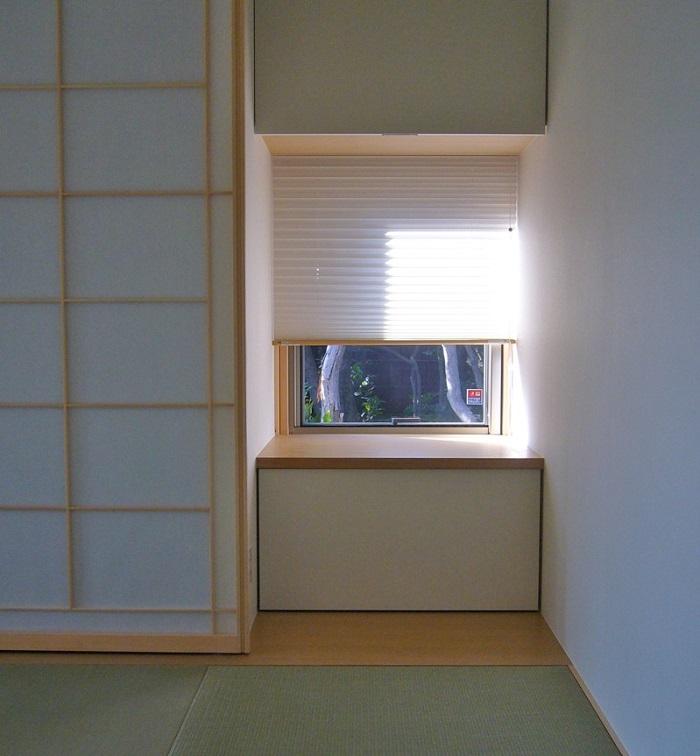 和室小窓のプリーツスクリーン、開閉の様子