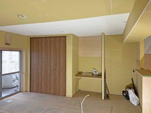 書斎コーナー、収納設置工事中の様子